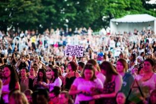 Crowd for Jesse McCartney. (Photo: Lauren Garbutt/Aesthetic Magazine Toronto)