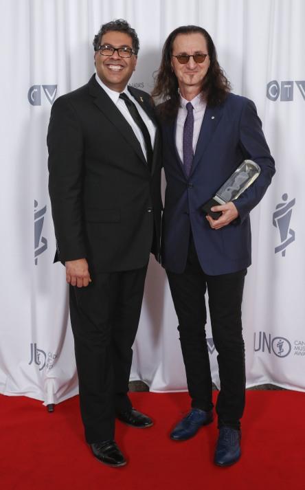 Calgary mayor Mayor Nenshi with Geddy Lee, Allan Waters Humanitarian Award recipient at the 2015 JUNO Gala Dinner and Awards at the Hamilton Convention Centre. (Photo: CARAS)
