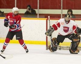 Rocker Amanda Rheum takes a shot on NHL great goalie Sandy McIntosh at the 2015 JUNO Cup. (Photo: CARAS)