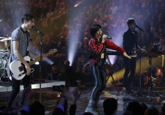 """Lights and Sam Roberts Band perform a mashup of """"Up We Go"""" and """"We're All In This Together"""" during the 2015 JUNO Awards at FirstOntario Centre in Hamilton on March 15, 2015. (Photo: CARAS)"""