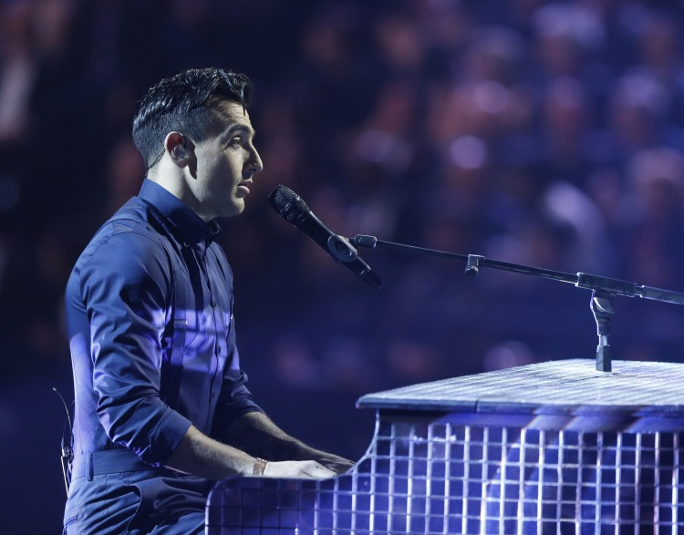 """Host Jacob Hoggard performs a parody of """"Thank You"""" during the 2015 JUNO Awards at FirstOntario Centre in Hamilton on March 15, 2015. (Photo: CARAS)"""