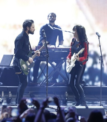 """Lights and Sam Roberts Band perform """"Up We Go"""" and """"We're All In This Together"""" during the 2015 JUNO Awards at FirstOntario Centre in Hamilton on March 15, 2015. (Photo: CARAS)"""