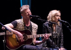 Mother Mother's Ryan Guldemond and Jasmin Parkin at the 2015 JUNO Songwriters' Circle. (Photo: CARAS)
