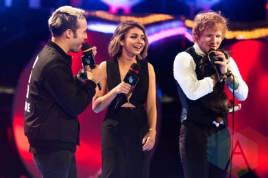 Pete Wentz of Fall Out Boy (left), Sarah Hyland (centre), and Ed Sheeran at the 2015 MMVAs in Toronto, ON on June 21, 2015. (Photo: Adam Pulicicchio/Aesthetic Magazine)