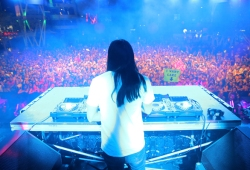 Steve Aoki performing at Pandora Summer Crush 2015 at L.A. LIVE in Los Angeles on Aug. 15, 2015. (Photo: Chelsea Lauren/Getty)