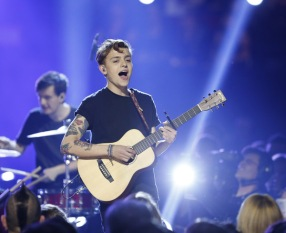 "Scott Helman performs ""Bungalow"" at the 2016 JUNO Awards at Scotiabank Saddledome in Calgary on April 3, 2016. (Photo: CARAS)"