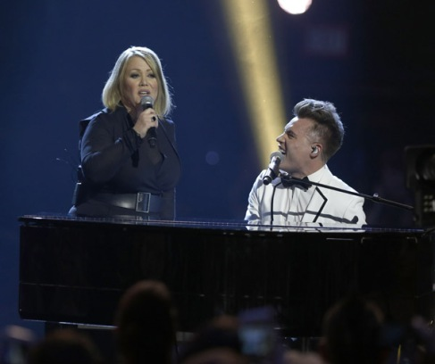 "Jann Arden and Shawn Hook performs ""Break It To Them Gently"" at the 2016 JUNO Awards at Scotiabank Saddledome in Calgary on April 3, 2016. (Photo: CARAS)"