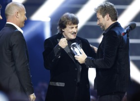 Canadian Music Hall of Fame inductee Burton Cummings, introduced by Nickelback at the 2016 JUNO Awards at Scotiabank Saddledome in Calgary on April 3, 2016. (Photo: CARAS)