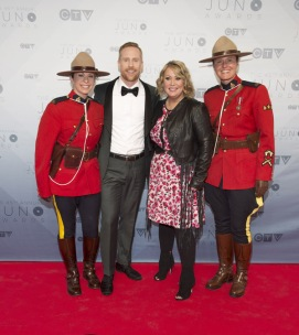 Hosts Jon Montgomery and Jann Arden on the red carpet at the 2016 JUNO Awards at Scotiabank Saddledome in Calgary on April 3, 2016. (Photo: CARAS)