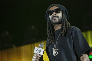 Snoop Dogg joins Sam Hunt on the Toyota Mane Stage at the Stagecoach Festival on April 29, 2016. (Photo: Erik Voake/Goldenvoice)