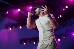 Sam Hunt performing on the Toyota Mane Stage at the Stagecoach Festival on April 29, 2016. (Photo: Joe Scarnici/Getty)