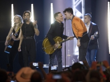 """Alessia Cara, members of Billy Talent, The Strumbellas, July Talk, Sarah McLachlin, White Horse and Arkells join Bryan Adams for """"Summer of '69"""" at the 2017 JUNO Awards at the Canadian Tire Centre in Ottawa on April 2, 2017. (Photo: CARAS)"""