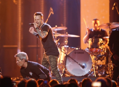 """Dallas Smith performs """"Side Effects"""" at the 2017 JUNO Awards at the Canadian Tire Centre in Ottawa on April 2, 2017. (Photo: CARAS)"""