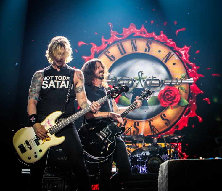 TULSA, OK - NOVEMBER 14: Dave Grohl of Foo Fighters joins Guns N' Roses on stage at the BOK Center in Tulsa, OK on November 14, 2017. (Photo: Katarina Benzova)