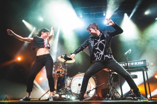 CHICAGO, IL - APRIL 17: Matt And Kim performs at Riviera Theatre in Chicago on April 17, 2018. (Photo: Katie Kuropas/Aesthetic Magazine)