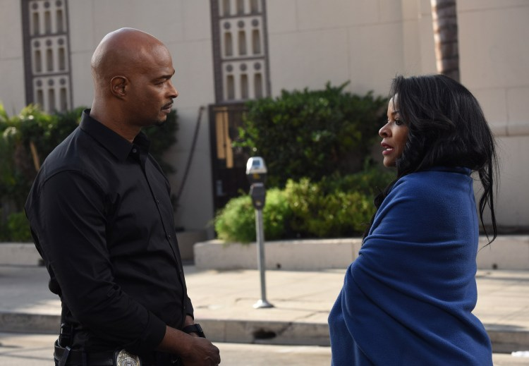 """LETHAL WEAPON: Pictured L-R: Damon Wayans and Keesha Sharp in the """"Diggin Up Dirt"""" episode of LETHAL WEAPON. (Photo: Ray Mickshaw/FOX)"""