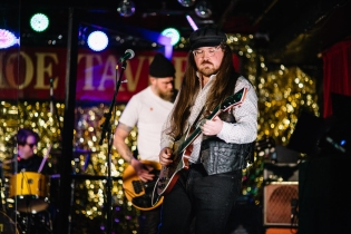TORONTO, ON – MARCH 19: Sam Coffey & The Iron Lungs perform at the Horseshoe Tavern in Toronto on March 19, 2021. (Photo: Alix Critchley)